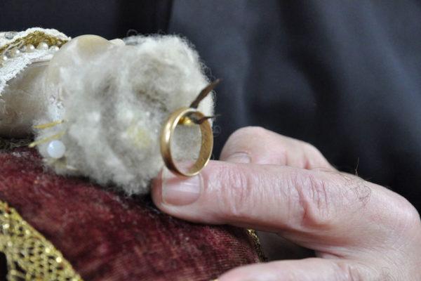 Particolare del capo del Bambinello con anello nuziale coroncina